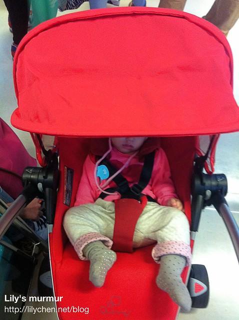 可以完全平躺這一點,真的是很好,小妮在推車裡頭睡著了,按個鈕就可以讓座椅變成平躺,午覺到哪都能睡。