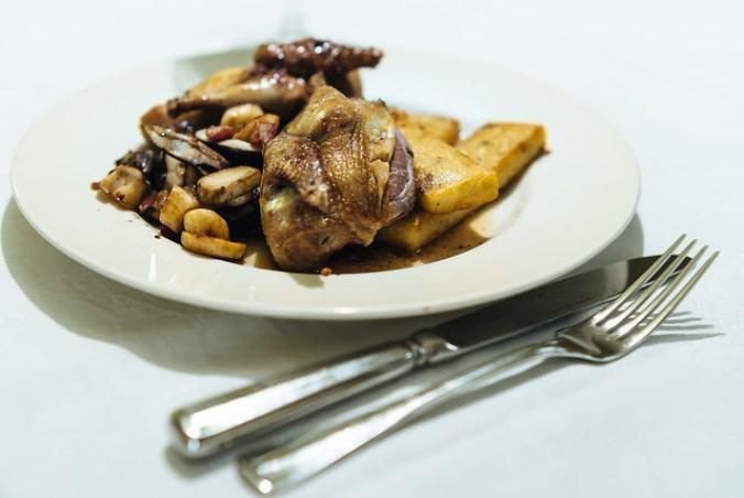 De gebraden duif uit Anjou, met eekhoorntjesbrood en gebakken polenta