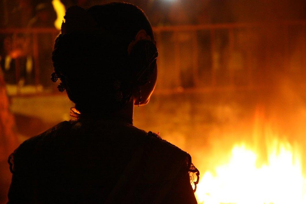 Fallera mayor infantil viendo quemar su falla