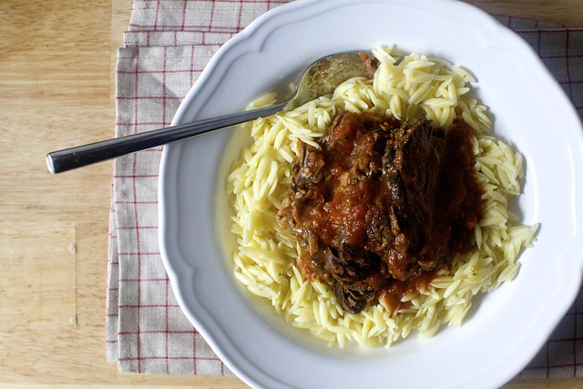 oven-braised beef with tomato and garlic