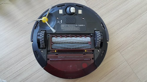 ด้านล่างของ iRobot Roomba 870