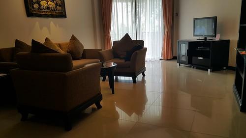 มุมห้องนั่งเล่น ดูทีวีในห้องพักที่ Karon Horizon Beach Resort and Spa