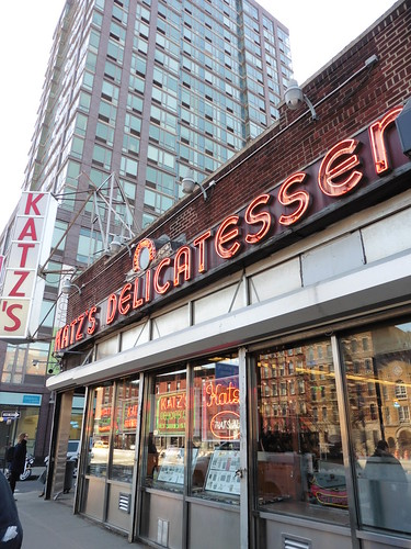 Dónde comer y gastronomía en Nueva York: Sandwich en Katz's Delicatessen.