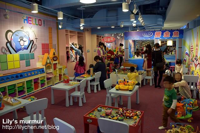 這裡是玩具區跟變裝區,有很多品質很好又安全的玩具喔!