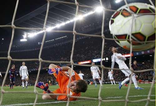 Barcelona se afianza en la cima tras vencer 2-1 al Real Madrid