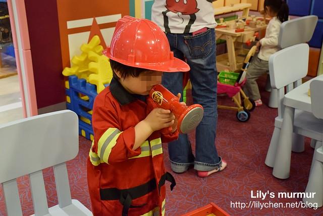 友人的小帥哥被爸媽裝扮成消防員,很帥氣唷!
