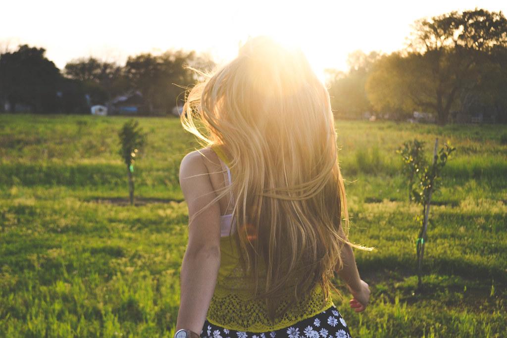 Imagen gratis de una chica andando por un prado