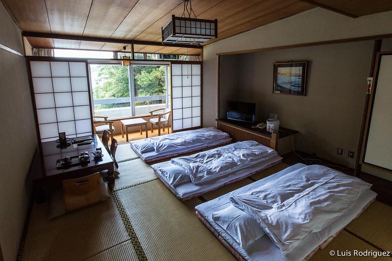 Habitación tradicional con tatami y futones en Japón