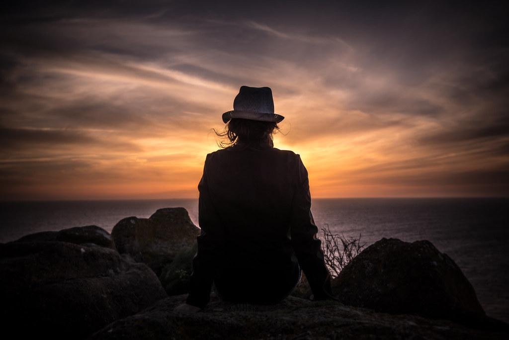 Imagen gratis de una mujer contemplando una puesta de sol