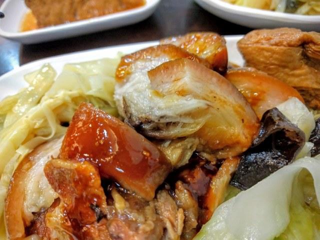 腳庫肉含皮帶油和肉,肉質軟,肥肉部分也是XDD 上面有蒜泥醬油加持,還不錯囉...