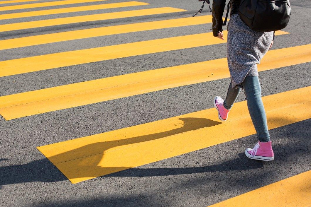 Imagen gratis de una chica cruzando un paso de cebra amarillo