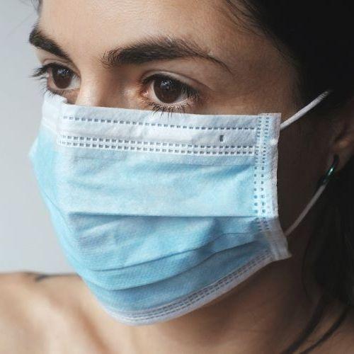 Mascarilla quirúrgica colocada en la cara