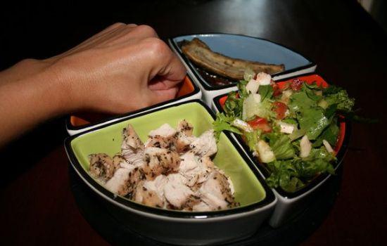 Необходимо распределить весь дневной диетический рацион на пять или шесть равномерных порций.