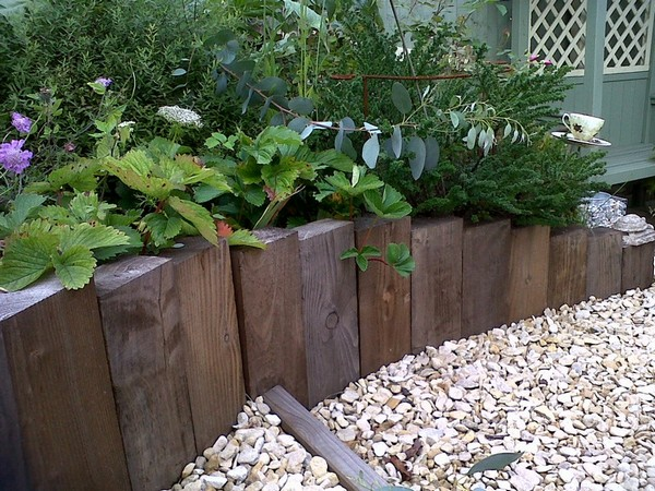 DIY Lawn Edging Ideas For Beautiful Landscaping: TIMBER GARDEN EDGING IDEAS
