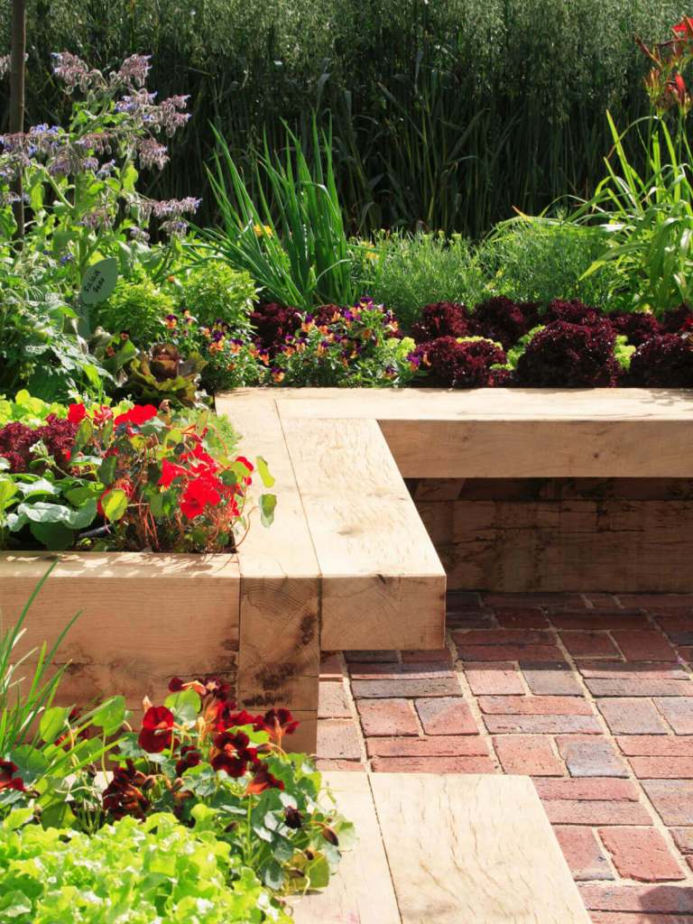 DIY Lawn Edging Ideas For Beautiful Landscaping: Smooth Wooden Garden Bench Edge