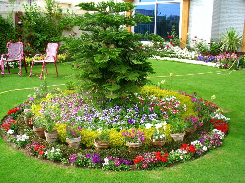 Flower Bed Ideas: Round Flower Bed with Pots