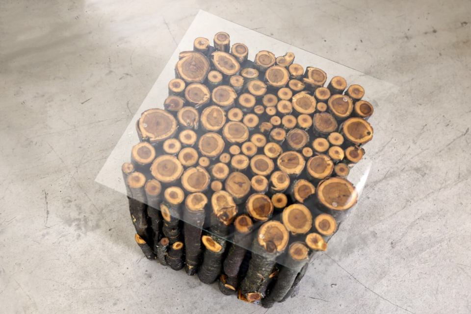 Wood Log Table | DIY Wood Tree Log Decor Ideas - FarmFoodFamily.com