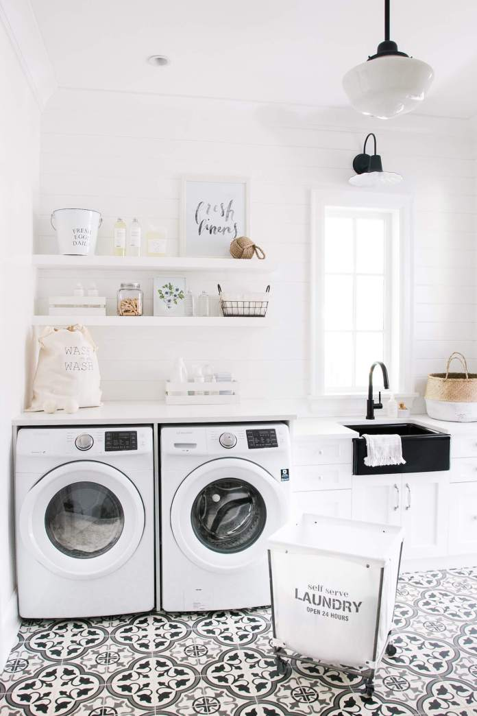 DIY Farmhouse Laundry Room Ideas: A laundry room & mud room