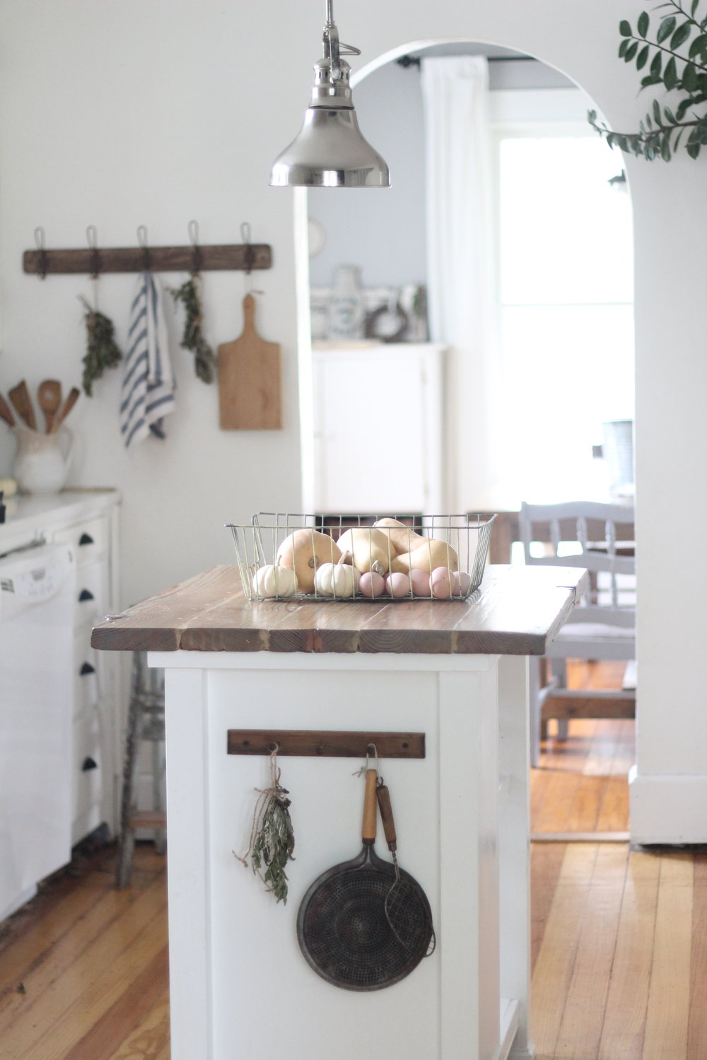 Simple ways to add farmhouse style to any kitchen for Simple farmhouse