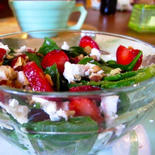 Spinach salad with fresh strawberries and goat cheese