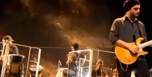 """Davi Moraes à frente da """"cozinha"""" do show """"Noites do Norte"""" (2001), de Caetano Veloso"""