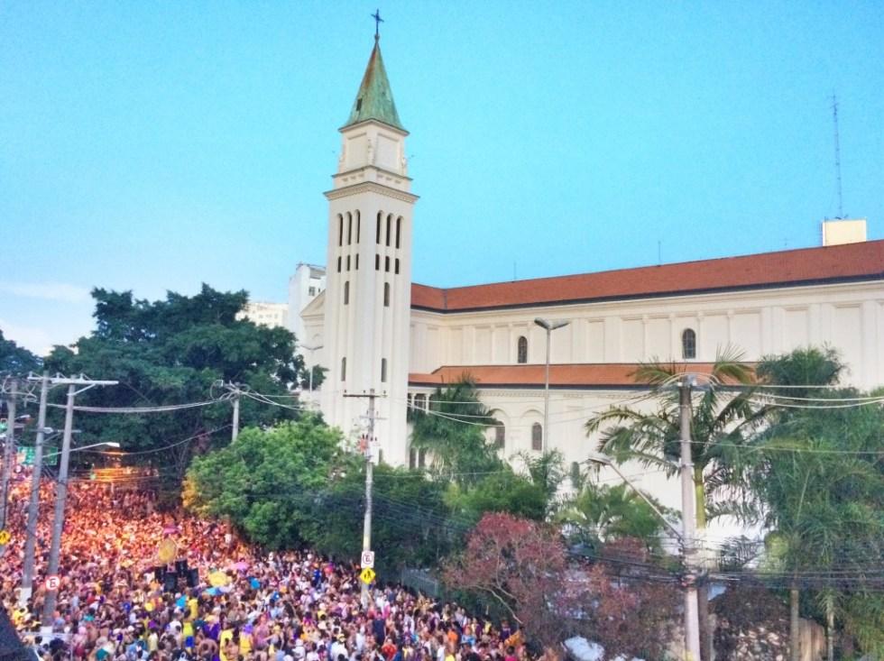 Paulistanas e paulistanos se espremem ao lado da igreja do largo Padre Péricles, na passagem do bloco Agora vai - foto Pedro Alexandre Sanches