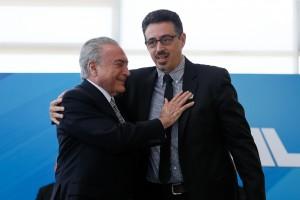 Michel Temer dá o abraço fraternal em Sérgio Sá Leitão, em sua posse no Ministério da Cultura, em 27 de julho de 2017 - Foto Beto Barata/PR