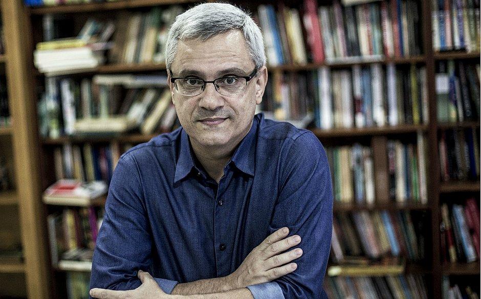 O jornalista e escritor Mário Magalhães. Retrato: Daniel Ramalho/ Divulgação