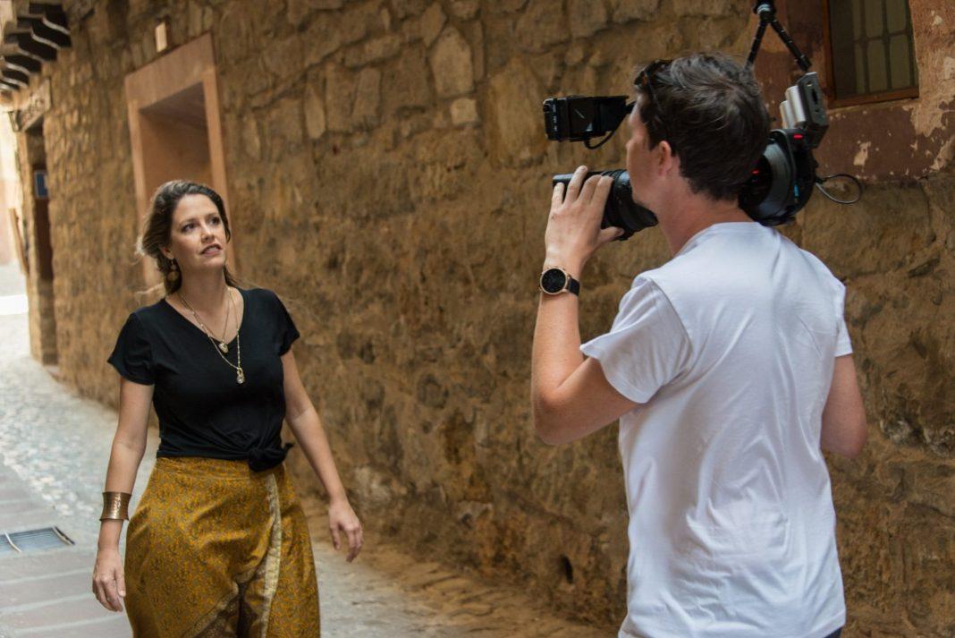 A cantora e compositora Manu Saggioro durante a gravação do videoclipe. Foto: Eddy Borgers/ Divulgação