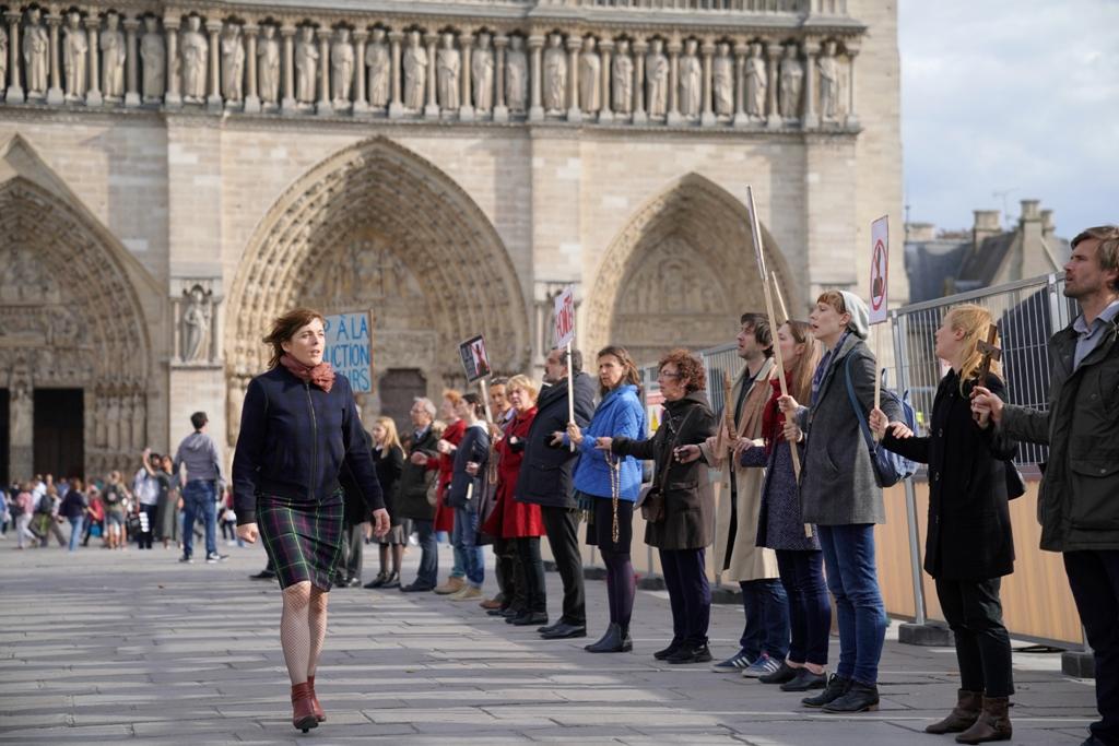 Maud enfrenta o protesto dos carolas. Frame. Reprodução. Califórnia Filmes