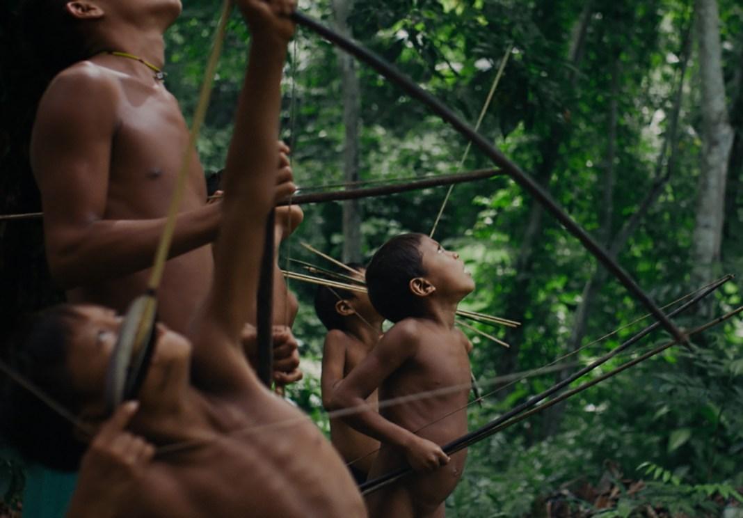 Cena de indígenas Yanomami em 'A Última Floresta'
