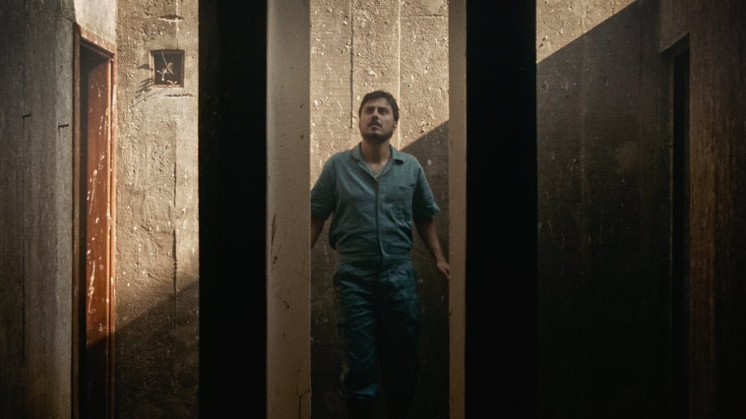 O cantor e compositor paulista Paulo Tó em cena de O mundo por um fio. Frame. Reprodução