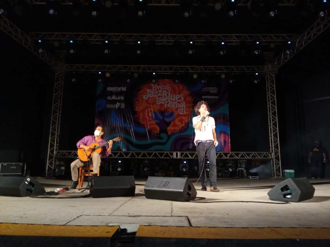 O violonista Zé Paulo Becker e o cantor Marcos Sacramento, ontem, no Circuito São Luís do Lençóis Jazz e Blues Festival. Foto: Guta Amabile