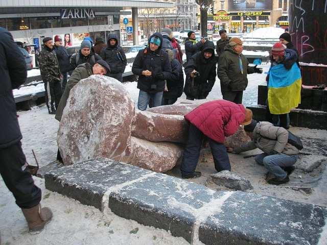 A estátua do líder soviético Lênin é derrubada por uma multidão: o símbolo da forte recusa dos manifestantes pró União Européia