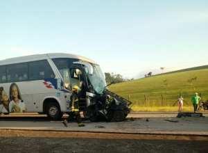 Colisão entre carro e ônibus na BR-470 em Indaial (Evandro Corbari/Leitor)