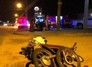 Na fuga, carro acabou colidindo com motocicleta (Marianna Pedreira/Samu)