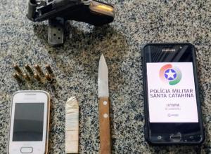 Celular, faca e uma arma de fogo foram apreendidas - foto da PMSC