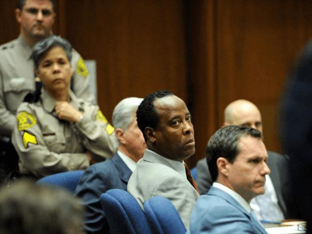 Julgamento na Corte de Los Angeles onde o Dr. Conrad Murray ouviu sua sentença (2011) - foto de KEVORK DJANSEZIAN / THE NEW YORK TIMES