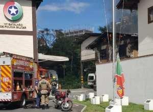Incêndio em prédio no 10º Batalhão de Polícia Militar em Blumenau - foto das redes sociais