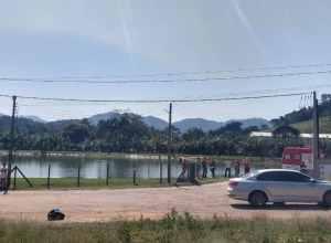 Local onde o veículo caiu em lagoa na Itoupava Central - foto do CBMSC