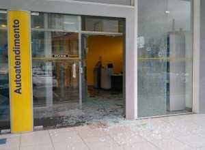 Vidros da agência foram parcialmente destruídos pelos criminosos - foto da internet