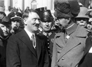 O príncipe William e Adolf Hitler em frente à igreja da guarnição, Potsdam, em março de 1933