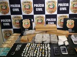 Drogas encontradas com traficantes - foto da Polícia Civil
