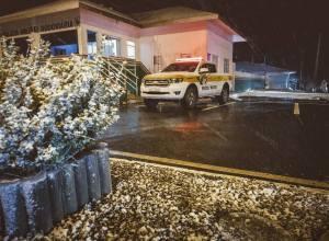 Neve no posto da Polícia Militar Rodoviária na Serra do Rio do Rastro
