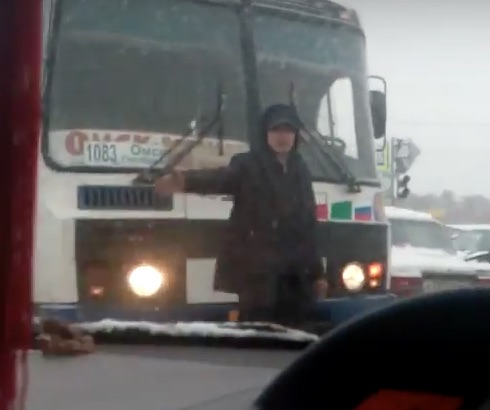 Житель Омска выполнил за ГИБДД функцию регулировки движения на время пробки.