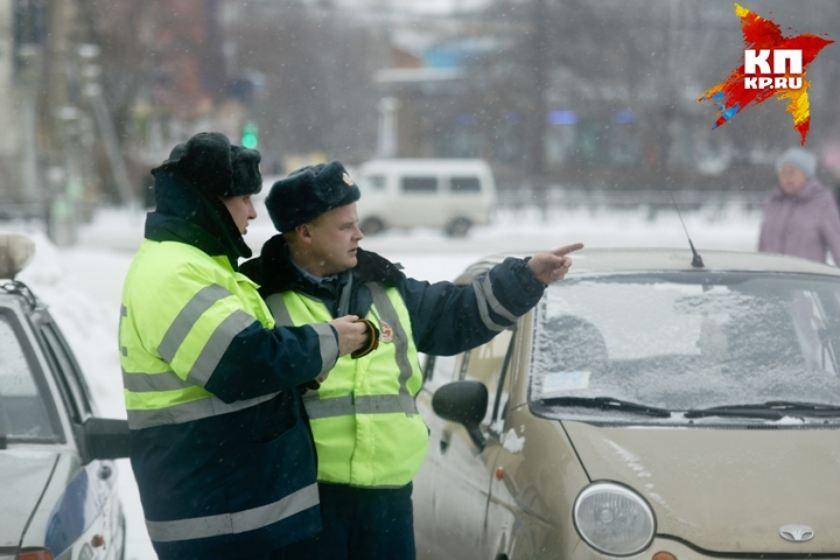 Свердловских автомобилистов год незаконно штрафовали за парковку на газонах