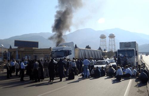 بستن جاده توسط کارگران خشمگین