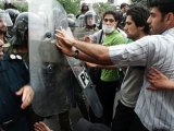درگيری جوانان با مأموران سرکوبگر نيروی انتظامی در شهرهای مختلف ايران
