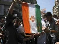به آتش کشیدن پرچم رژیم آخوندی توسط آزادیخواهان سوری