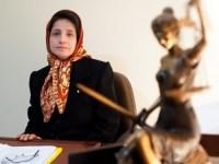 نسرین ستوده – وکیل و مدافع حقوق بشری – در جلوی کانون وکلا، دست به تحصن می زند